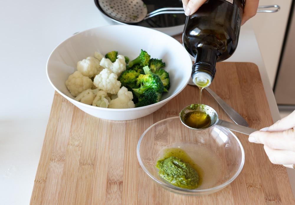 Brócolos e couve-flor com vinagrete de pesto