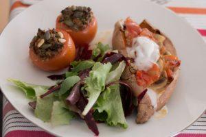 Tomates recheados com quinoa, tomate e pinhões