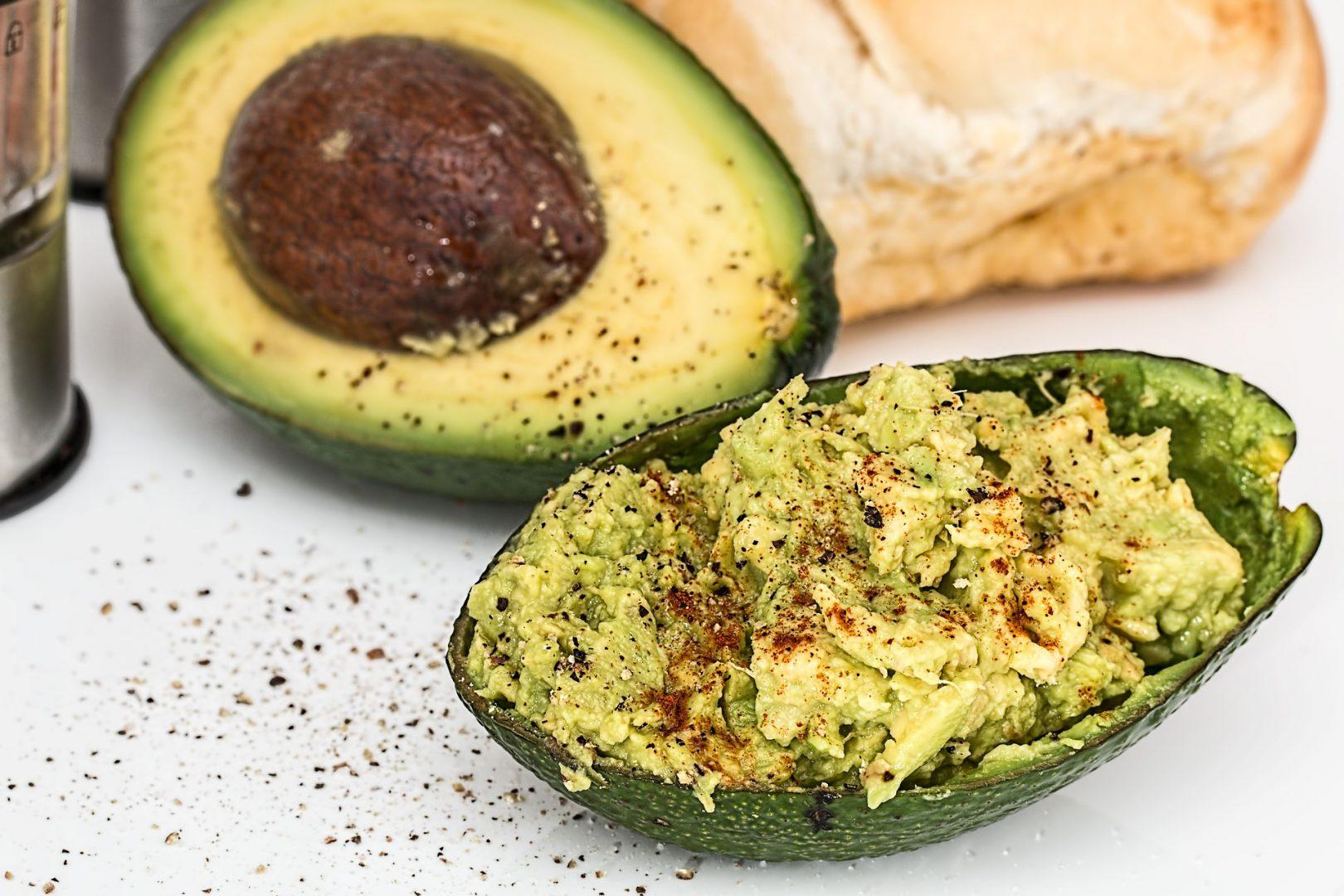 Torrada de abacate é o pequeno-almoço do momento. Versátil, fácil e nutritivo.