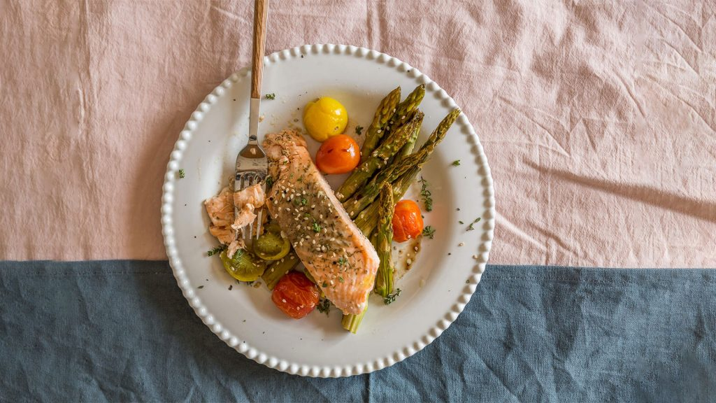 Salmon with Asparagus and Cherry Tomatoes: fast & easy dinner
