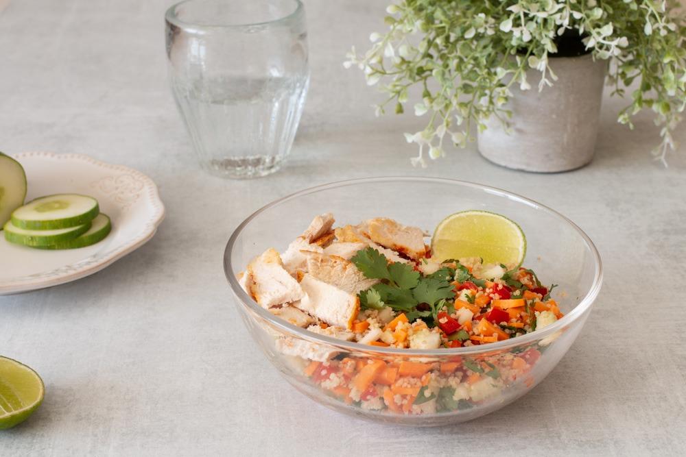Cuscuz com frango, cubinhos de vegetais e sementes